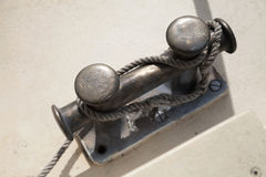 Schwarzer Schiffspoller mit Seilknoten auf der Plattform Stockbilder