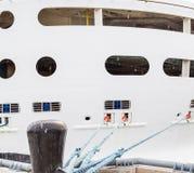 Schwarzer Schiffspoller und weiße Schutzwand Stockfotografie