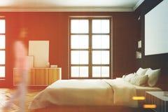 Schwarzer Schlafzimmerinnenraum, Frau, Seite Lizenzfreie Stockfotografie