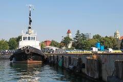 Schwarzer Schlepper mit Ständen in Burgas-Hafen stockfotos