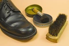 Schwarzer Schuh auf Orange Lizenzfreies Stockfoto