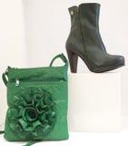 Schwarzer Schuh und grüner Beutel Stockbild