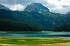Schwarzer See, Felsen Bobotov Kuk, Nationalpark Durmitor, Montenegro lizenzfreie stockfotografie