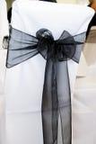 Schwarzer Sitzüberzug an der Hochzeit Stockfoto