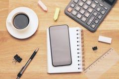 Schwarzer Smartphone und Taschenrechner Lizenzfreies Stockfoto
