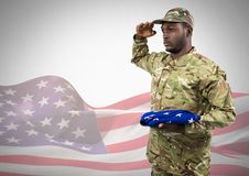 Schwarzer Soldat, der eine amerikanische Flagge für Unabhängigkeitstag hält Stockbilder