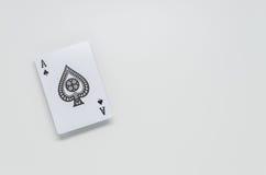 Schwarzer Spaten Ace kardieren auf weißem Hintergrund und selektivem Fokus Stockfotografie
