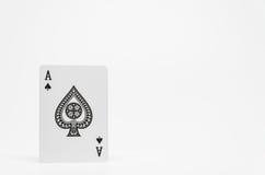 Schwarzer Spaten Ace kardieren auf weißem Hintergrund und selektivem Fokus Stockbild