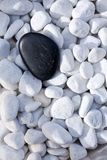 Schwarzer Stein auf Kieseln Lizenzfreie Stockfotografie