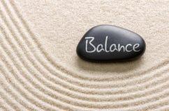 Schwarzer Stein mit der Aufschrift Balance Stockbild