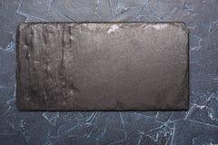 Schwarzer Stein zu Information über einen dunklen Hintergrund Lizenzfreies Stockbild