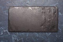 Schwarzer Stein zu Information über einen dunklen Hintergrund Lizenzfreies Stockfoto