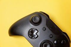 Schwarzer Steuerknüppel auf gelbem Hintergrund Computerspielwettbewerbsvideospielsteuerkonfrontationskonzept stockfotos
