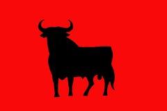 Schwarzer Stier auf Rot Stockfotografie