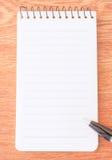 Schwarzer Stift auf Briefpapier Stockfoto