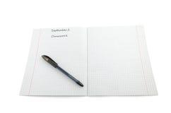 Schwarzer Stift auf dem offenen leeren Übungsbuch lokalisiert auf Weiß Stockfotografie