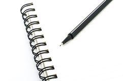 Schwarzer Stift mit dem Notizbuch lokalisiert auf Weiß Lizenzfreies Stockfoto