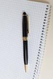 Schwarzer Stift mit weißer Auflage oder Notizblock Stockbild