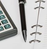 Schwarzer Stift und Taschenrechner, Notizbuch Stockfotografie