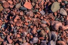 Schwarzer Strand ist auf dem Nordufer des Oberen Sees durch Silber Stockfotografie
