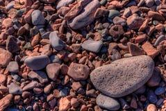Schwarzer Strand ist auf dem Nordufer des Oberen Sees durch Silber Lizenzfreies Stockfoto