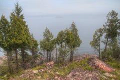 Schwarzer Strand ist auf dem Nordufer des Oberen Sees durch Silber Lizenzfreie Stockfotografie