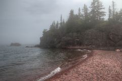 Schwarzer Strand ist auf dem Nordufer des Oberen Sees durch Silber Lizenzfreie Stockfotos