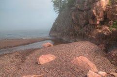 Schwarzer Strand ist auf dem Nordufer des Oberen Sees durch Silber Lizenzfreie Stockbilder