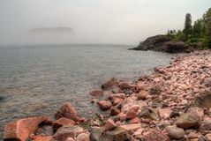 Schwarzer Strand ist auf dem Nordufer des Oberen Sees durch Silber Stockbilder