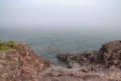 Schwarzer Strand ist auf dem Nordufer des Oberen Sees durch Silber Stockfotos