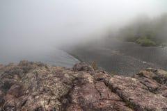 Schwarzer Strand ist auf dem Nordufer des Oberen Sees durch Silber Lizenzfreies Stockbild