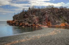 Schwarzer Strand ist auf dem Nordufer des Oberen Sees durch Silber Stockbild