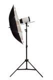 Schwarzer Studioregenschirm getrennt auf dem weißen Hintergrund Lizenzfreie Stockfotos