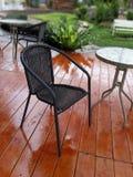 Schwarzer Stuhl auf hölzerner Terrasse Lizenzfreie Stockfotografie