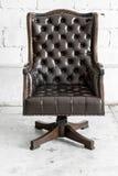 Schwarzer Stuhl im Weinleseraum Lizenzfreie Stockfotos