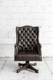 Schwarzer Stuhl im Weinleseraum Stockbild