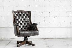 Schwarzer Stuhl im Weinleseraum Stockfotos