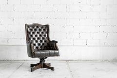 Schwarzer Stuhl im Weinleseraum Stockfoto