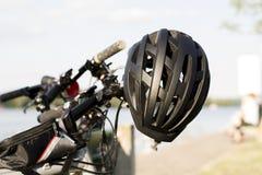 Schwarzer Sturzhelm auf einem Fahrrad Stockbild