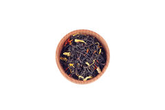 Schwarzer Tee in der hölzernen Schüssel Stockbild