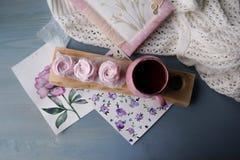 Schwarzer Tee des Morgens mit einem rosa Zefir für einen Nachtisch stockfotos
