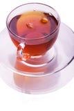 Schwarzer Tee in einem Glascup stockfoto