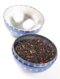Schwarzer Tee gerochen mit Früchten und Blumen lizenzfreies stockfoto