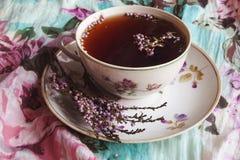 Schwarzer Tee mit Blumen Stockbilder