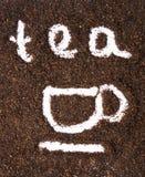 Schwarzer Tee mit der Teetasse gezeichnet in die Körner stockfotografie