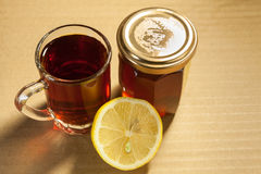 Schwarzer Tee mit Honig und Zitrone Stockfotos