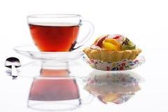 Schwarzer Tee und ein Fruchttörtchen lizenzfreies stockfoto