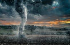Schwarzer Tornadotrichter über Feld während des Gewitters Lizenzfreie Stockbilder