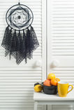 Schwarzer Traumfänger mit gewirkten Doilies Stockbilder