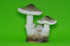 Schwarzer u. weißer keramischer Pilz lokalisiert im grünen Hintergrund stockfotos